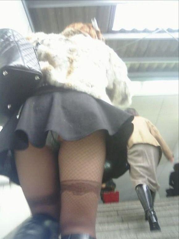 見上げるとスカートの中が見えた (16)
