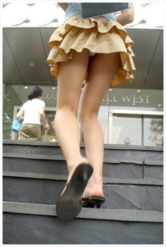 見上げるとスカートの中が見えた (17)