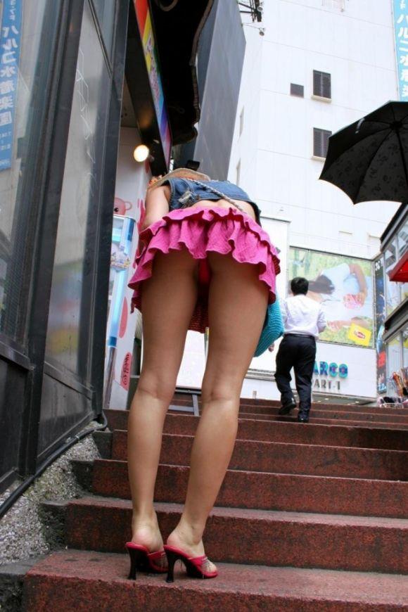 見上げるとスカートの中が見えた (6)