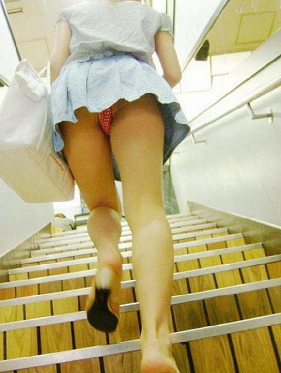 見上げるとスカートの中が見えた (7)