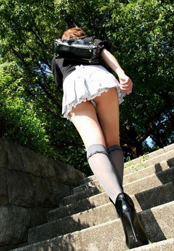 見上げるとスカートの中が見えた (12)