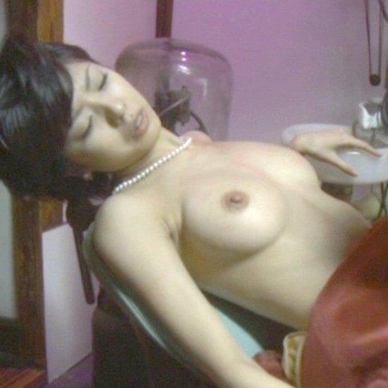 美人芸能人が全裸になってるシーン (1)