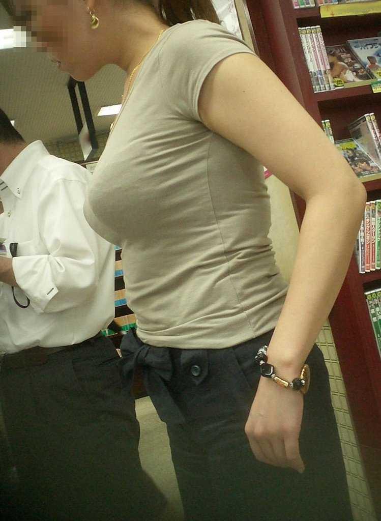 爆乳の乳房が揺れてる (13)