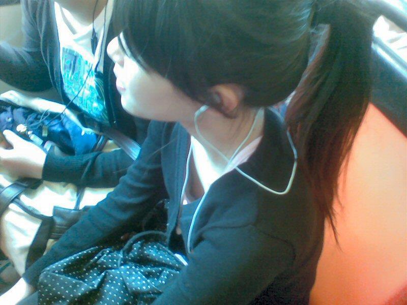 胸の先端まで見えてる女の子 (2)