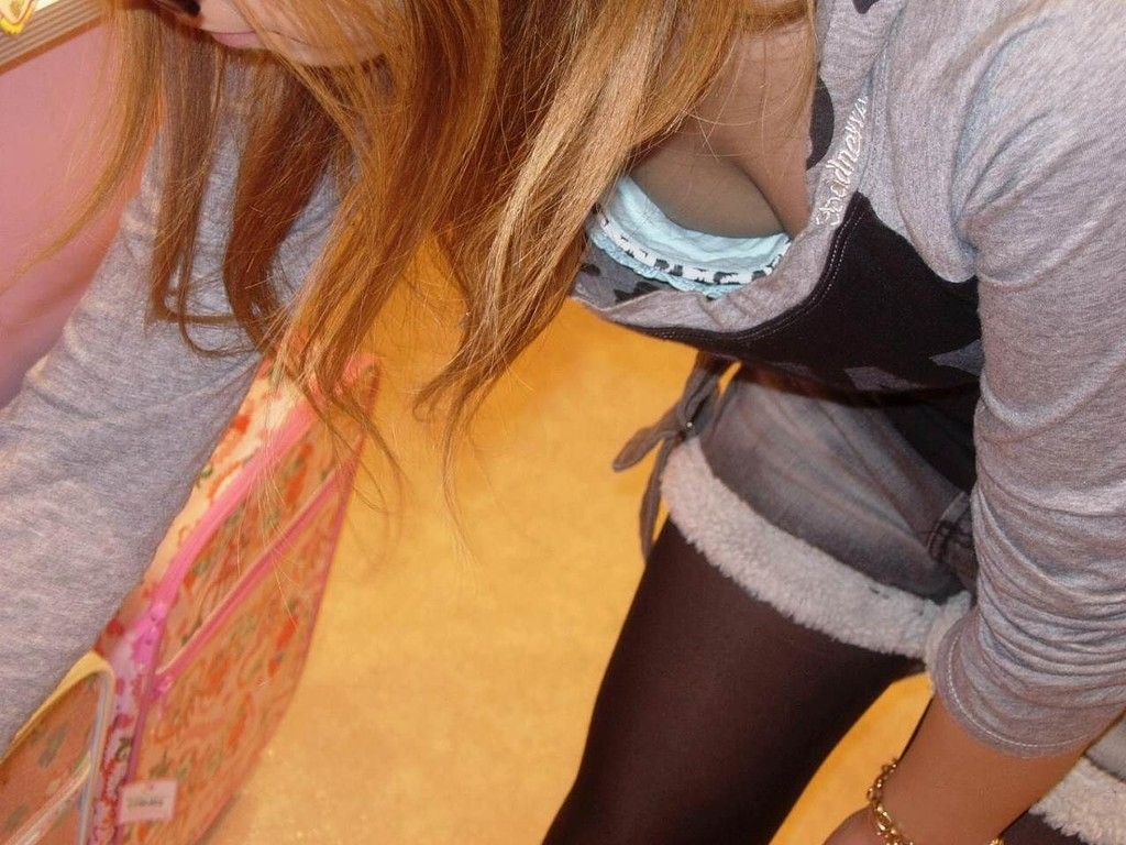胸の先端まで見えてる女の子 (9)