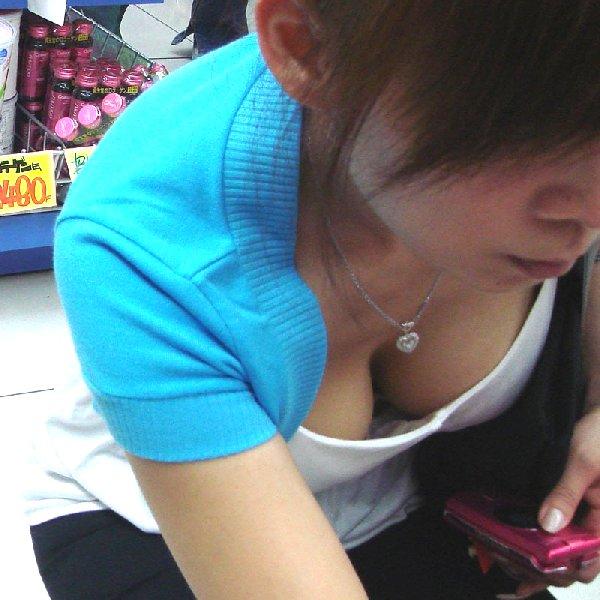 乳房が見える服を着てる (1)