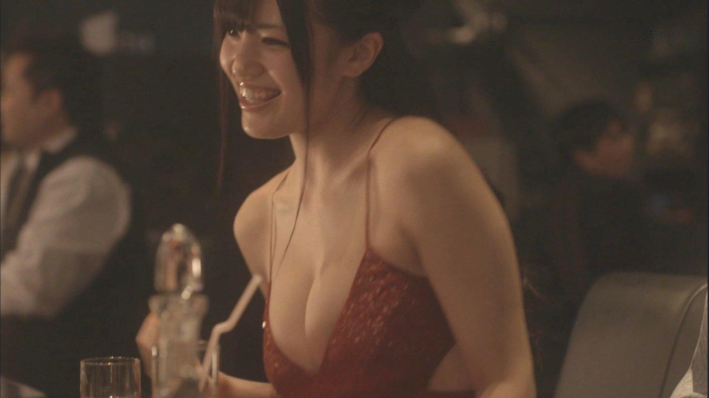 放送されちゃったタレントの胸の谷間 (9)