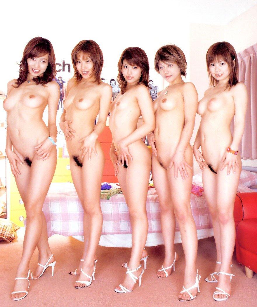大勢のヌードの女の子 (1)