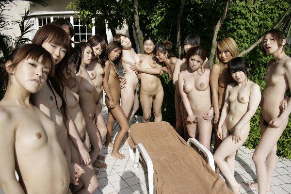 大勢のヌードの女の子 (17)