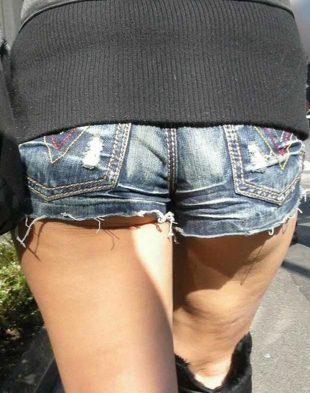 ショートパンツと脚とケツがエロい (8)