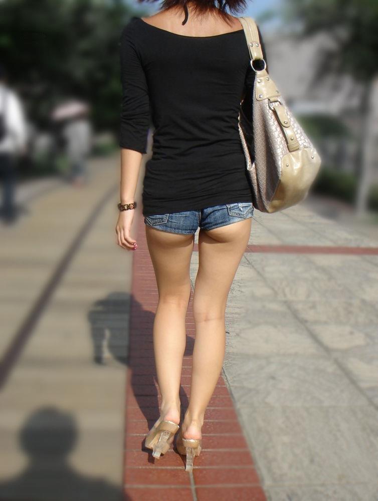 ショートパンツと脚とケツがエロい (14)