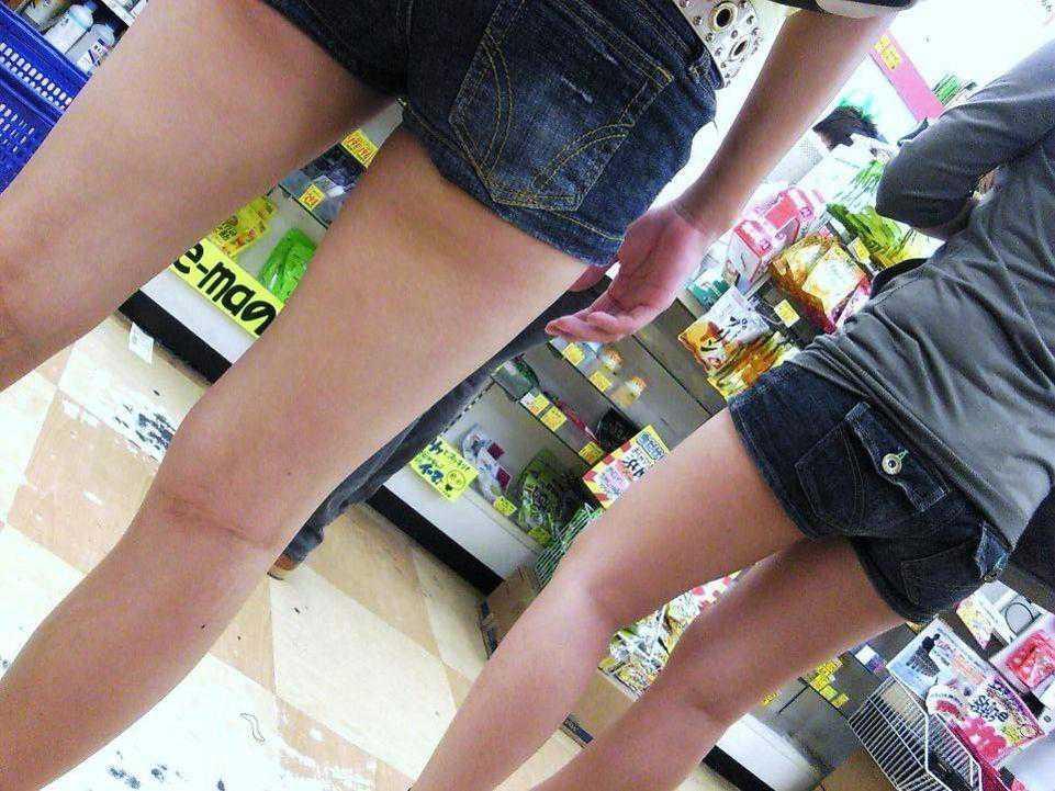 ショートパンツと脚とケツがエロい (12)