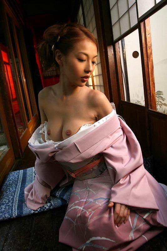 和服を開けて裸を見せる女 (5)