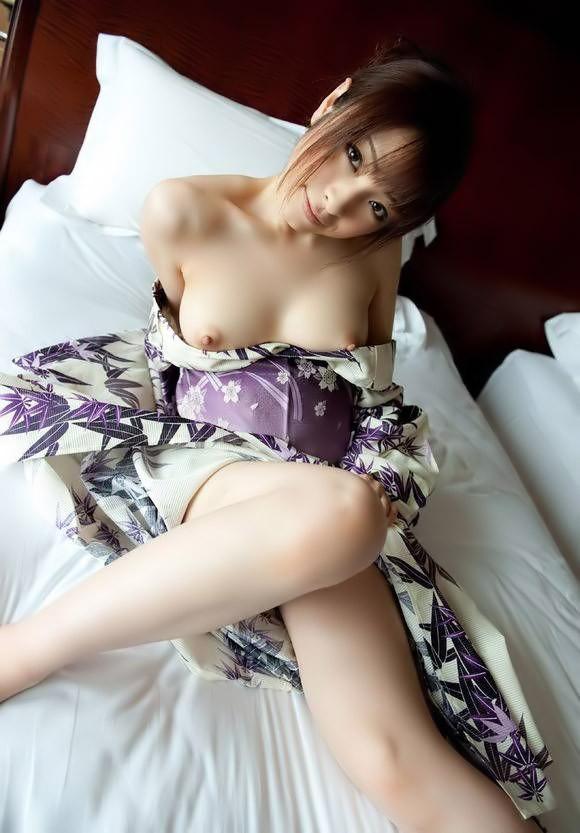 和服を開けて裸を見せる女 (10)