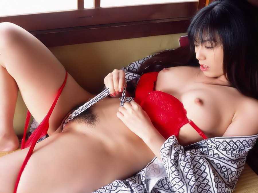和服を開けて裸を見せる女 (12)