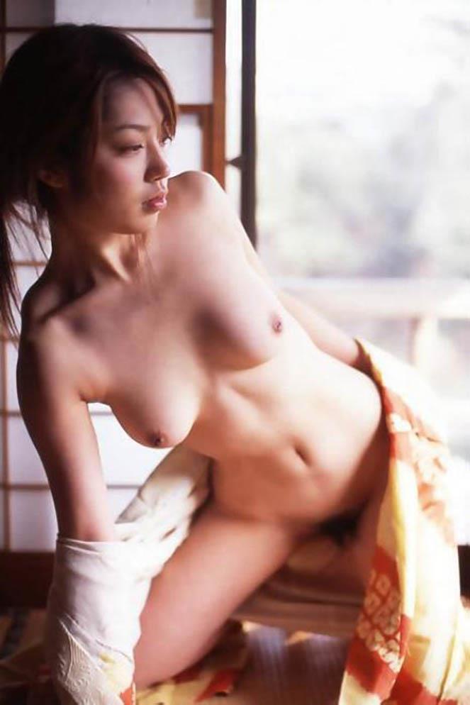 和服を開けて裸を見せる女 (3)