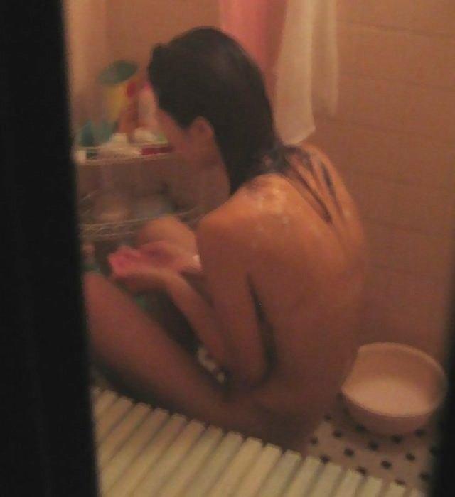 部屋を覗くと裸の女がいた (18)