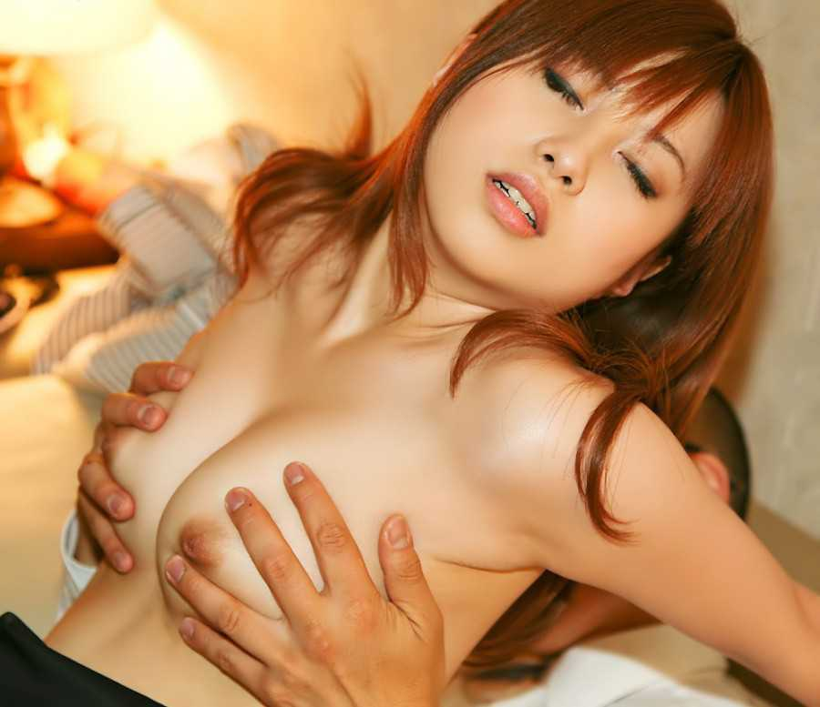 デカい乳房を両手で掴まれる (2)