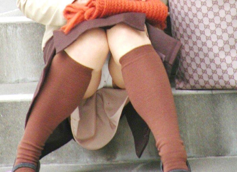 股間の辺りから下着が見えてる (5)