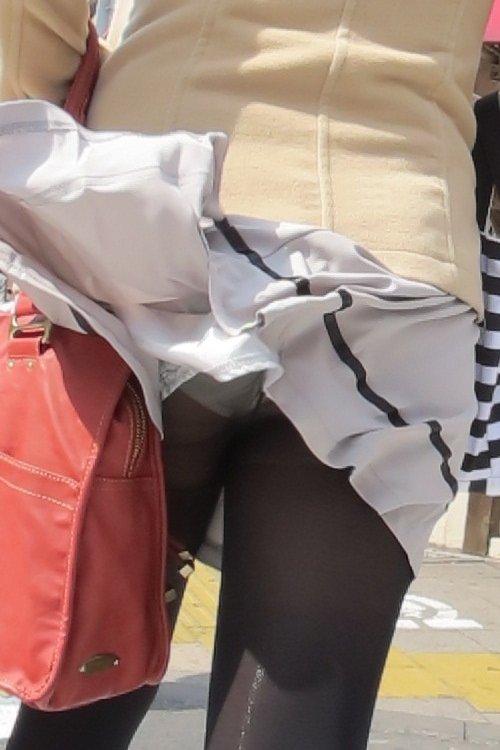 めくれたスカートから下着がチラリ (5)