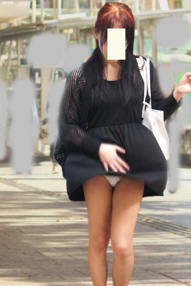 めくれたスカートから下着がチラリ (6)