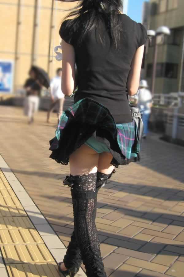 めくれたスカートから下着がチラリ (4)