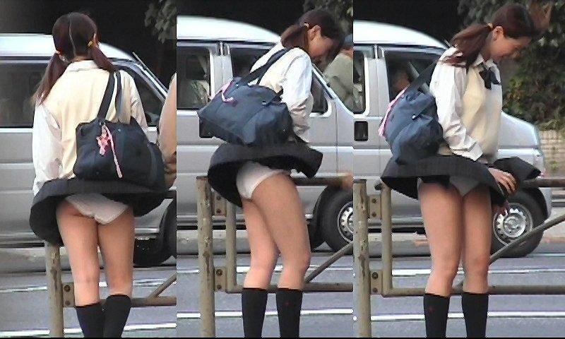 めくれたスカートから下着がチラリ (2)
