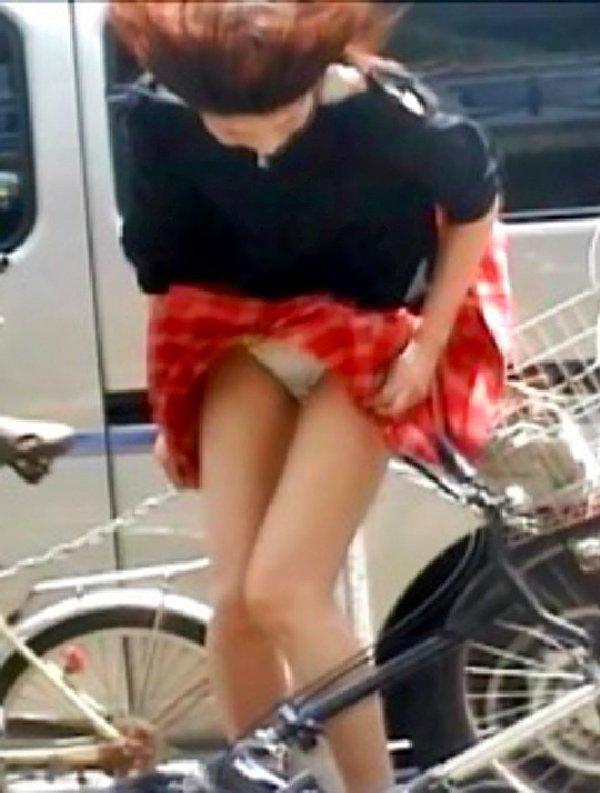 めくれたスカートから下着がチラリ (13)