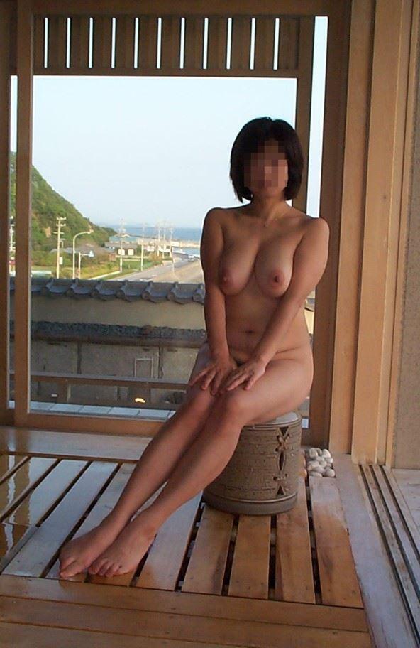 温泉旅行で裸になって撮影 (12)