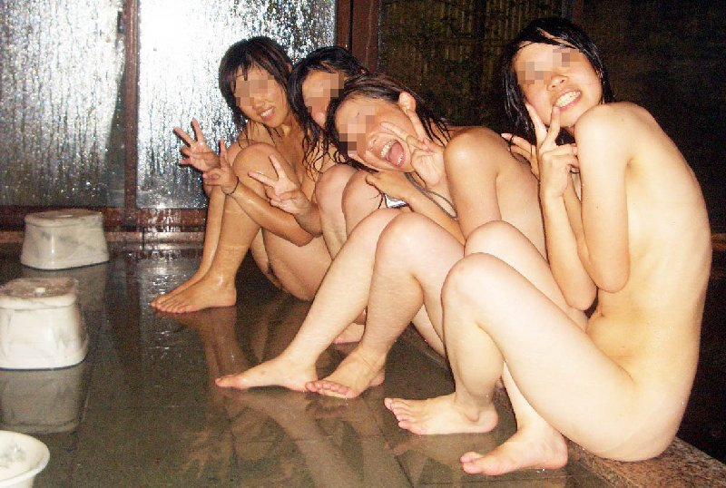 温泉旅行で裸になって撮影 (6)