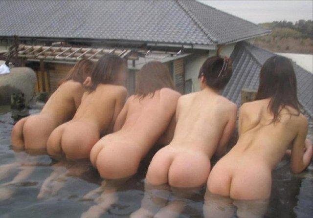 温泉旅行で裸になって撮影 (9)