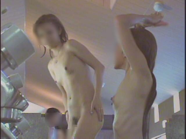 風呂に入って裸で寛ぐ娘 (1)