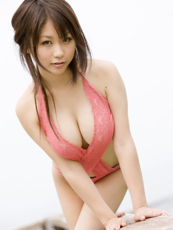 アイドルのビキニから乳房が出そう (14)