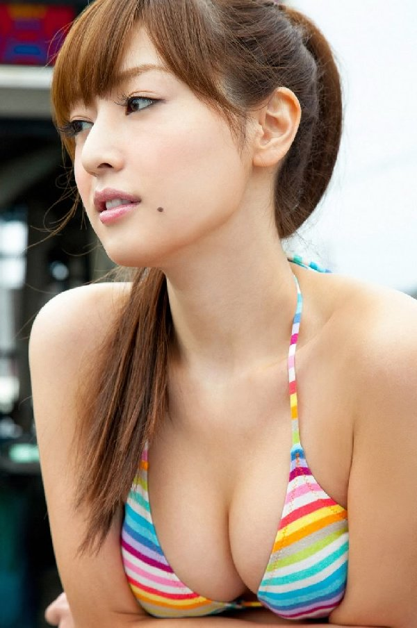 アイドルのビキニから乳房が出そう (2)