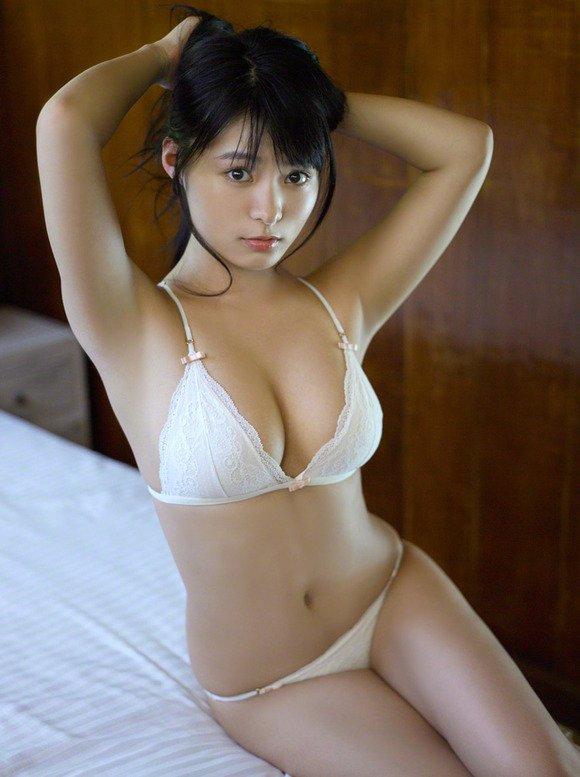 アイドルのビキニから乳房が出そう (4)