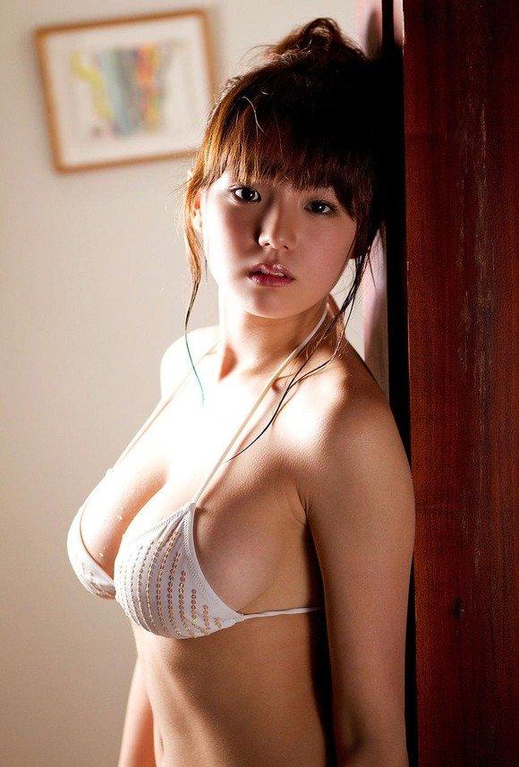 アイドルのビキニから乳房が出そう (17)
