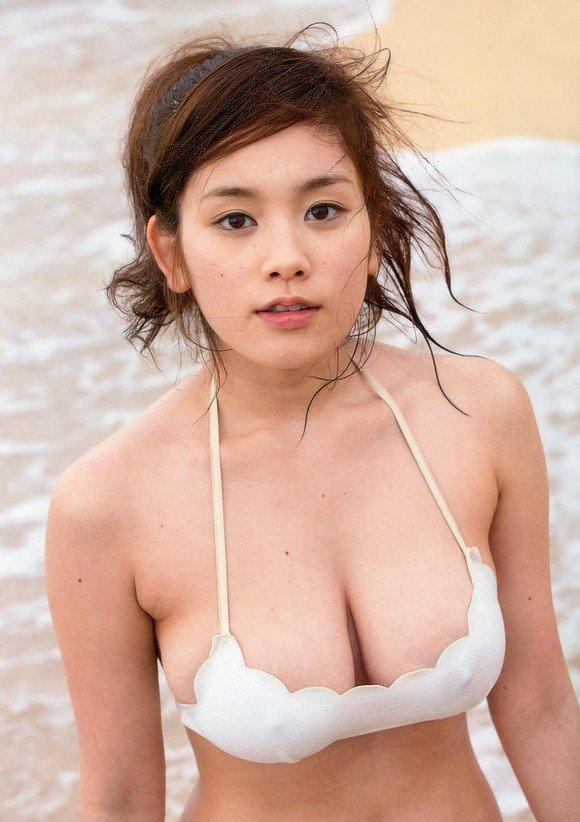 アイドルのビキニから乳房が出そう (18)
