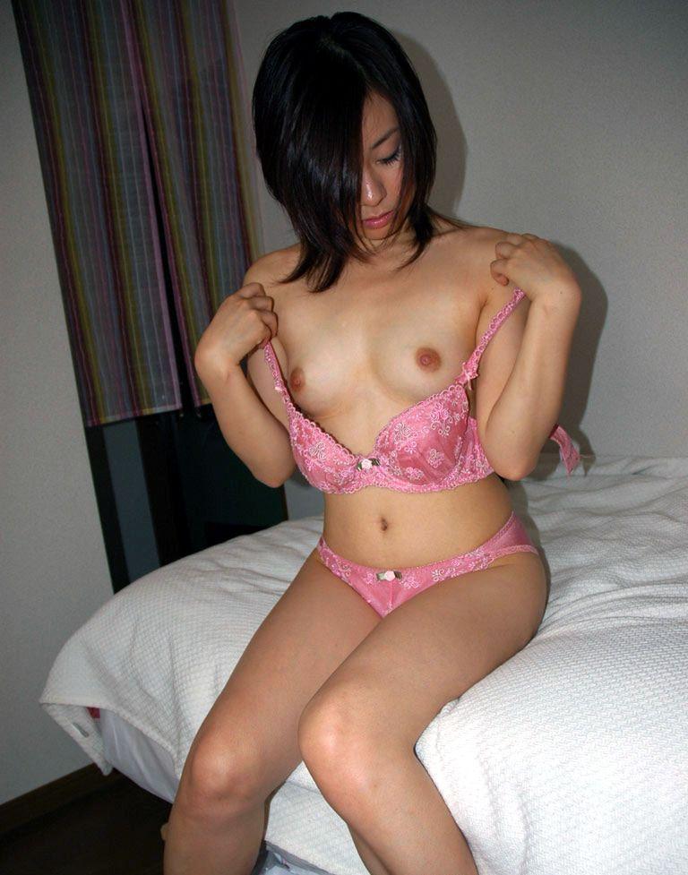 下着の中から出てくる乳房 (5)