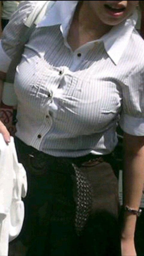 デカい乳房が目立ってしまう女の子 (11)