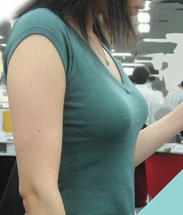 デカい乳房が目立ってしまう女の子 (10)