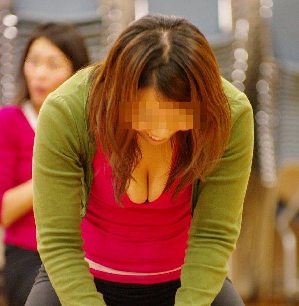 巨乳の乳房が見え隠れしてる (16)
