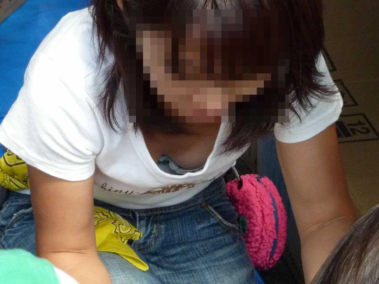 おっぱいチラチラしている女の子 (14)