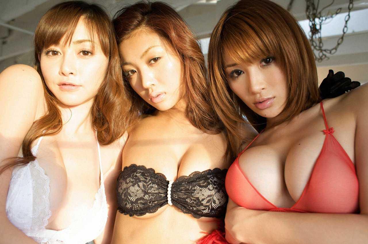 グラビアアイドルのデカい乳房 (12)