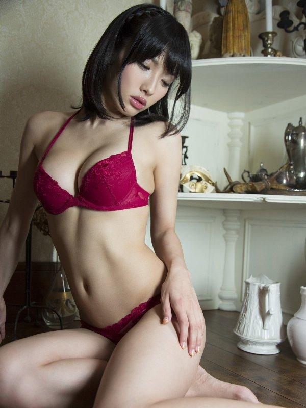 グラビアアイドルのデカい乳房 (8)