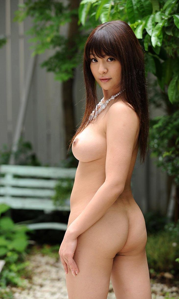 素っ裸でヒップがモロ見え (16)