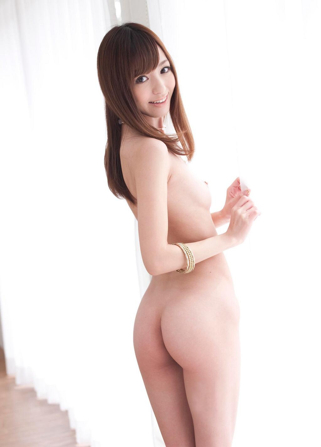 素っ裸でヒップがモロ見え (2)
