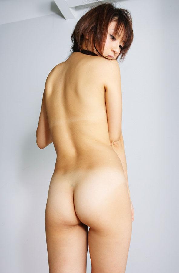 素っ裸でヒップがモロ見え (11)