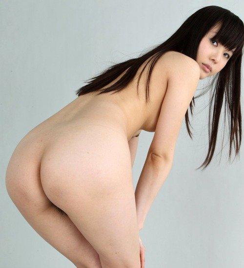 素っ裸でヒップがモロ見え (1)