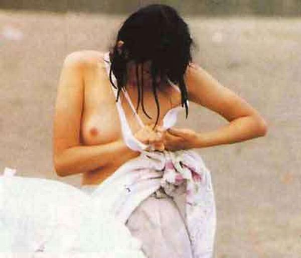 乳房や乳頭が水着からハミ出てる (1)