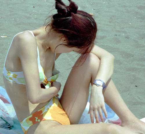 乳房や乳頭が水着からハミ出てる (5)